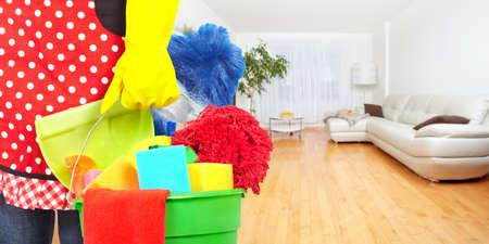 servicio domestico: Mucama manos con herramientas de limpieza. Limpieza de la casa concepto de servicio. Foto de archivo