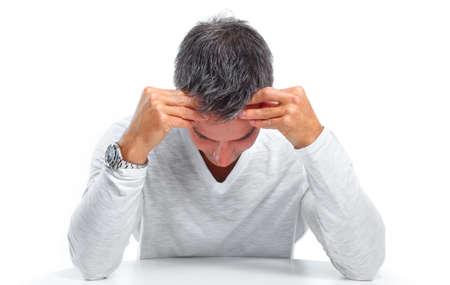 dolor de cabeza: Hombre que tiene el estrés y el dolor de cabeza de migraña. Concepto de salud.