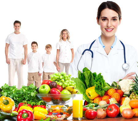 dieta sana: Doctor con verduras y familia. La dieta y la nutrición saludable. Foto de archivo