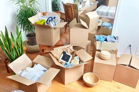 desorden: Moviendo cajas en nueva casa. Concepto de bienes raíces. Foto de archivo