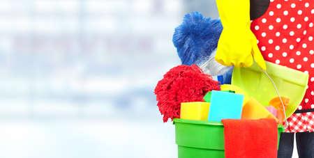 domestiÑ: Mucama manos con herramientas de limpieza. Limpieza de la casa concepto de servicio. Foto de archivo