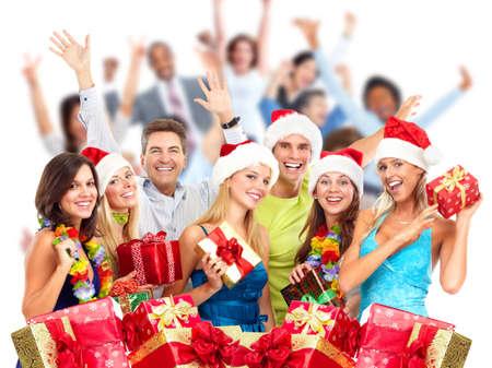 fiesta familiar: Risa feliz de personas se agolpan Navidad con los regalos. Fiesta de Navidad.