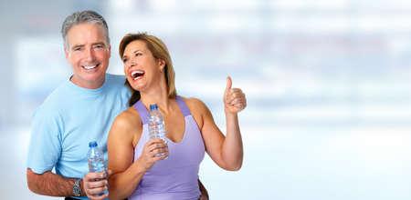 vejez feliz: Fitness saludable pareja de ancianos. El deporte y el concepto de ejercicio.