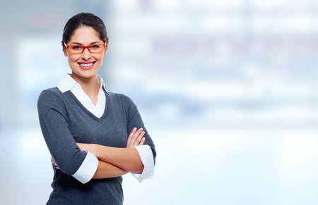 Bella business sorridente womanover sfondo blu ufficio