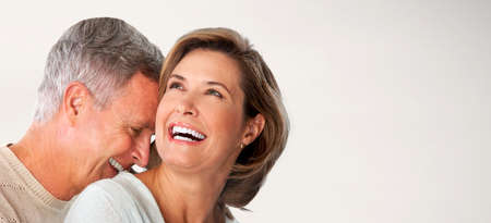 hombres maduros: Feliz pareja senior se enfrenta. El hombre mayor y la mujer en el amor.