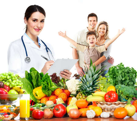 Medico con le verdure e la famiglia. Dieta sana e nutrizione.