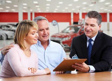 Glückliche Familie in der Nähe von neuen Autos. Autohauses und Vermietung Konzept Hintergrund. Standard-Bild