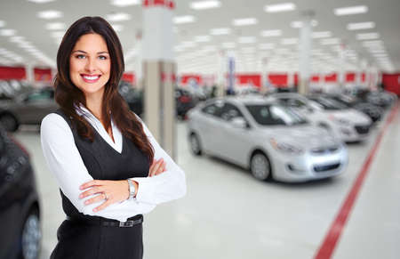 vendedor: Mujer concesionario de coches. Concesionario Auto y alquiler de concepto de fondo. Foto de archivo