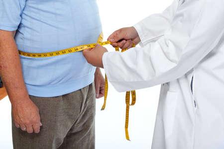 Doktor Messung übergewichtigen Mann Taillenkörperfett. Übergewicht und Gewichtsverlust.