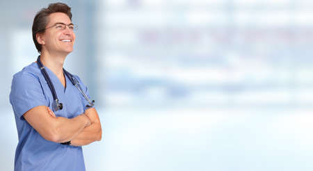 ヘルスケア: 青い背景に笑みを浮かべて医師男。