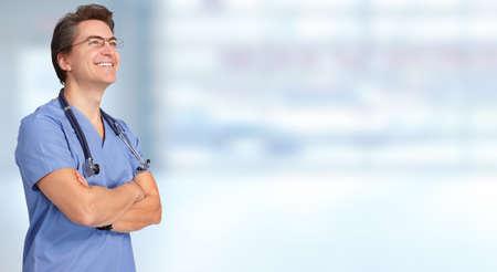 salute: Uomo sorridente del medico su sfondo blu. Archivio Fotografico