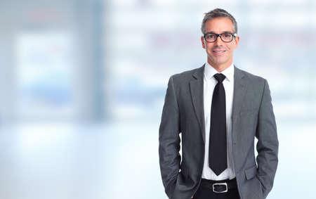 bienes raices: Hombre de negocios sonriente hermoso sobre fondo azul de la bandera.