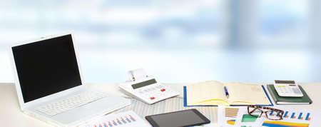 contabilidad: Mesa con objetos de oficina. Contabilidad y el concepto financiero. Foto de archivo