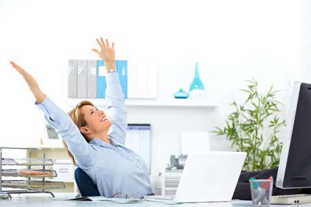 patron: Hermosa mujer de negocios maduros se relaja en la oficina moderna.