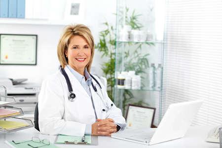 임상 사무실에서 성숙한 의사 여자. 건강 관리 개념입니다.