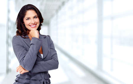 Giovane e bella donna d'affari su sfondo blu ufficio.