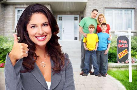 Felice famiglia con bambini vicino a casa nuova. Edilizia e immobiliari concetto. Archivio Fotografico