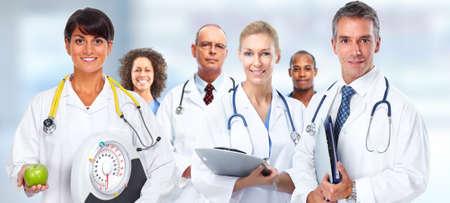 Lékař žena s váhami a jablko nad zdravotní péče pozadí. Reklamní fotografie