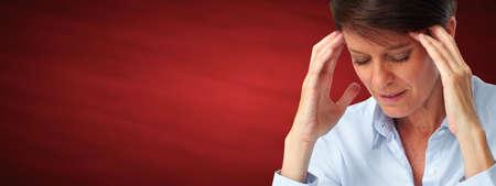 Müde Geschäftsfrau mit Kopfschmerzen Migräne. Stress und Gesundheit.