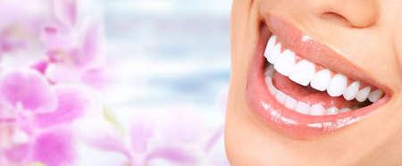 Bella donna sorriso con denti bianchi sani. L'assistenza sanitaria dentale. Archivio Fotografico