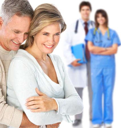 enfermera con paciente: Smiling m�dico con estetoscopio y pareja de ancianos