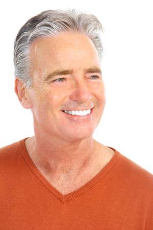 dientes sanos: Smiling anciano feliz. Aislado sobre fondo blanco