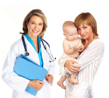 pediatra: Sonriente m�dico de la familia m�dica y la madre con el beb�. Sobre fondo blanco
