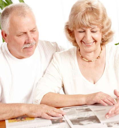 leggere rivista: coppia Senior leggere una rivista a casa Archivio Fotografico