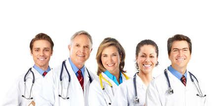 doctores: M�dicos sonrientes con el estetoscopio. Aislados sobre fondo blanco