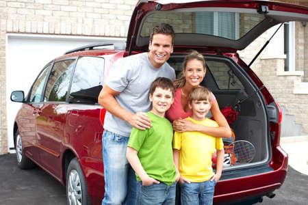 persona viajando: Familia feliz sonriente y un coche familiar