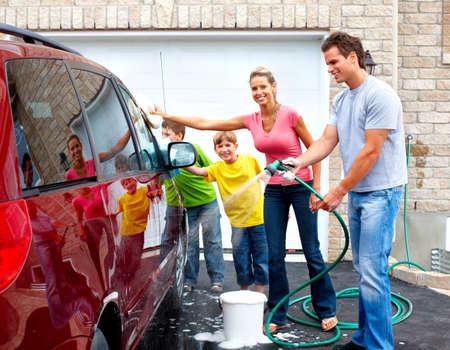 cleaning car: Sonriendo familia feliz, lavar el coche familiar