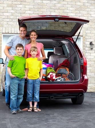 euforia: Familia feliz sonriente y un coche familiar