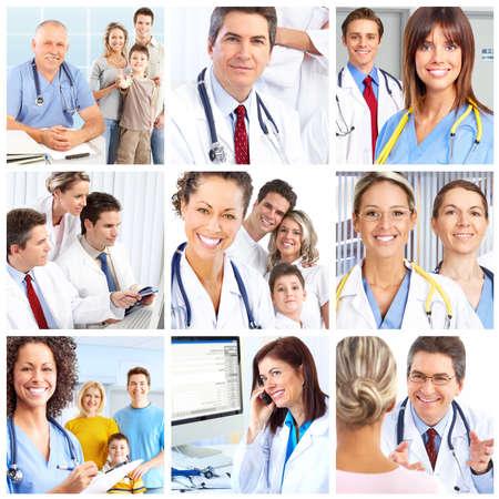 pacientes: M�dicos sonrientes con estetoscopios.  Foto de archivo