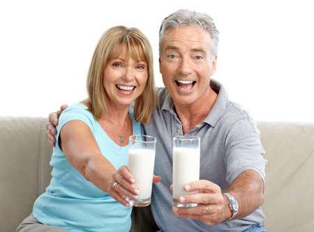 tomando leche: Ancianos felices pareja la leche de consumo, sobre fondo blanco