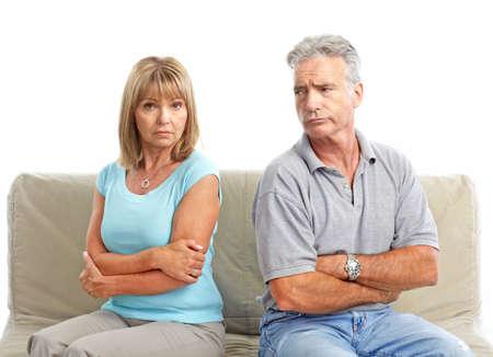 cara triste: Pareja de ancianos triste. Divorcio. Aislados sobre fondo blanco