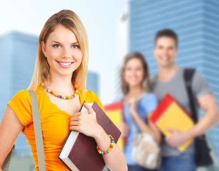 adolescentes estudiando: Una mujer joven estudiante