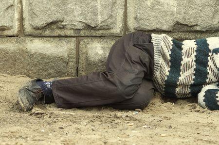 to degrade: dormir en la calle