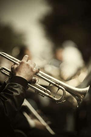 trumpet: banda de jazz tocando en la calle, enfoque selectivo en las manos con trompeta, pel�cula f  x Foto de archivo