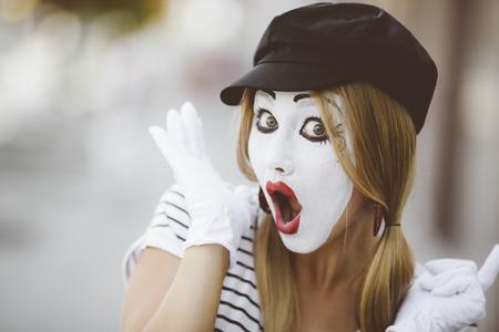 mimo: Retrato del mimo con el sombrero negro y guantes blancos