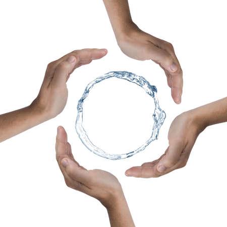 conservacion del agua: 4 manos la protecci�n de un anillo de agua. Foto se hizo en un estudio.