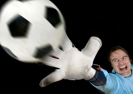 tricot: Goalkeeper defends ball