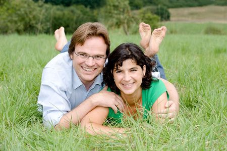 familiar: Young couple on a farmer´s meadow.