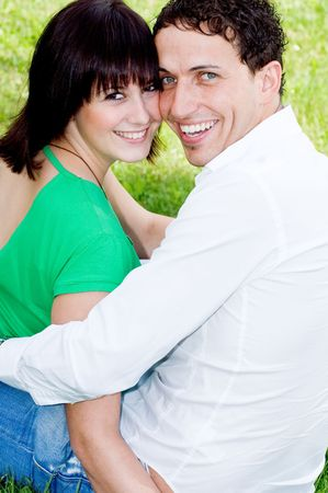 familiar: Young, happy and smiling couple in a park. Stock Photo