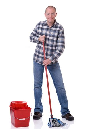 dweilen: Volledig geïsoleerd studio foto van een jonge man met een emmer en een dweil schoonmaken