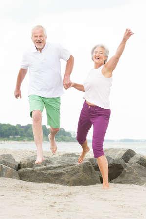 vieux: Couple de seniors actifs et sportive � la plage Banque d'images