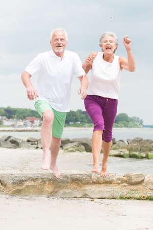 erwachsene: Aktive und sportliche Senior Paar am Strand