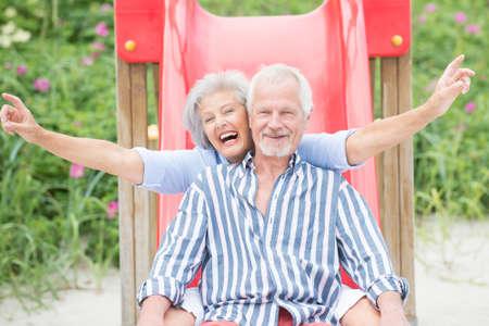 erwachsene: Lächeln ein d glücklich Senior Paar am Strand Lizenzfreie Bilder