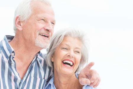 damas antiguas: Retrato de una feliz pareja senior en frente de cielo nublado Foto de archivo