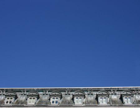 dormer: antigua buhardilla ventana gris con el cielo azul Foto de archivo
