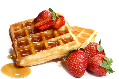 waffles: barquillos y fresas aislados en fondo blanco